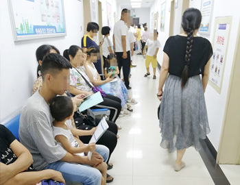 暑期扎堆就诊 小患者挤满医院 出现治白高峰